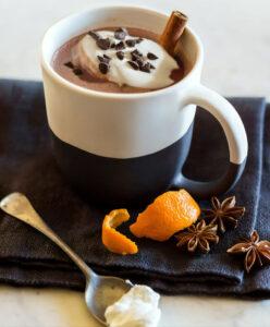 Heiße Schokolade mit Zimt und Orange